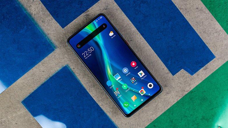 Xiaomi Mi 9T, girintisiz entegre bir OLED panele sahiptir.