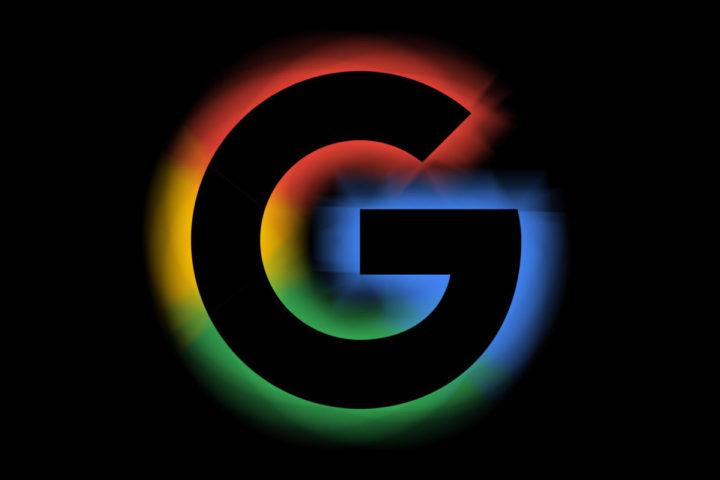 Siyah arka plan ile Google logosu