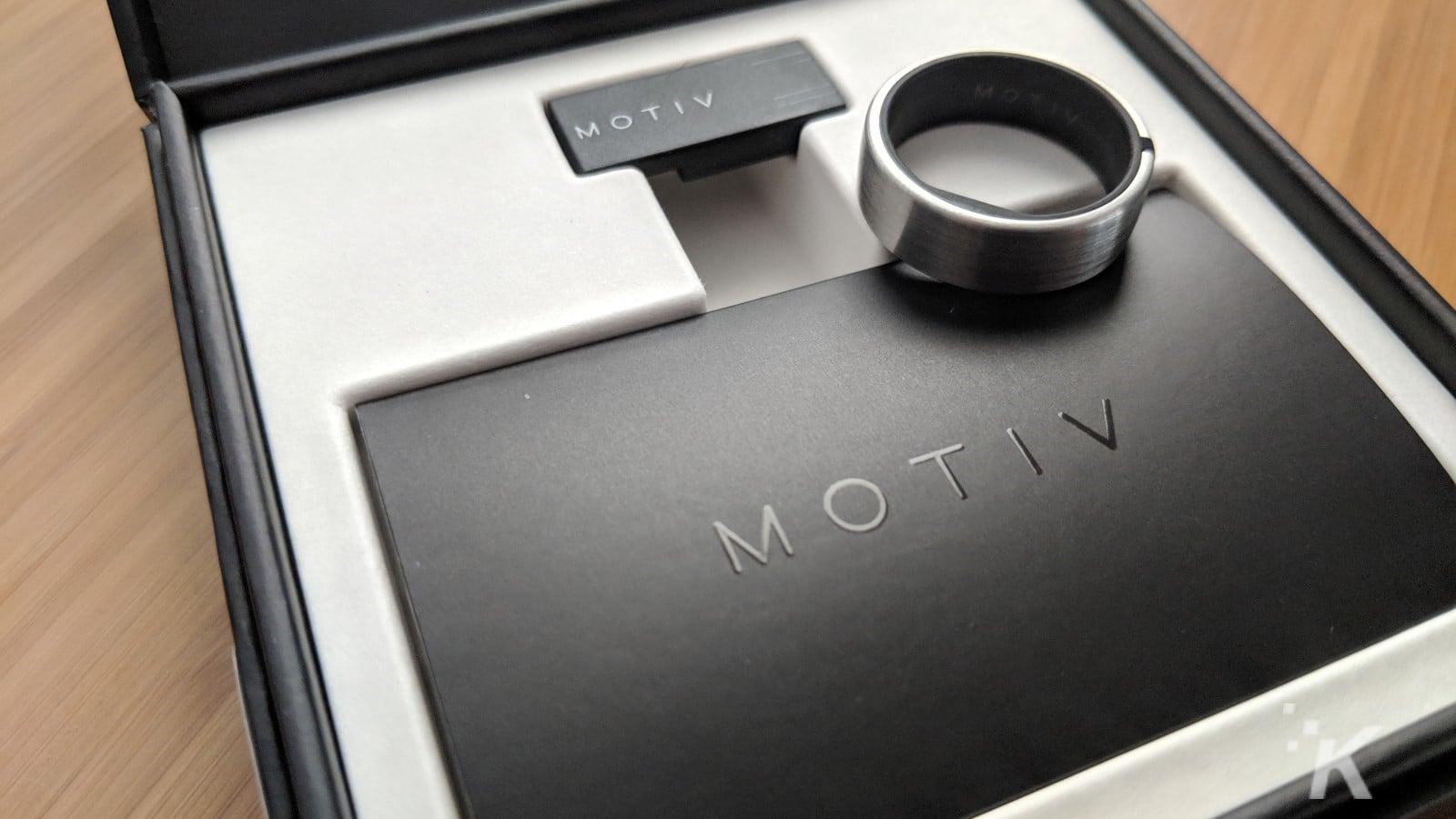 kutu üzerinde motiv fitness takip yüzüğü
