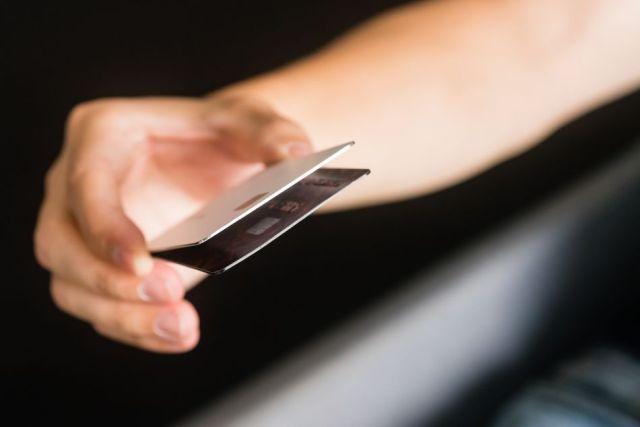 Titanyum Apple Kart, plastik bir kredi kartından daha kalın bir saçtır.