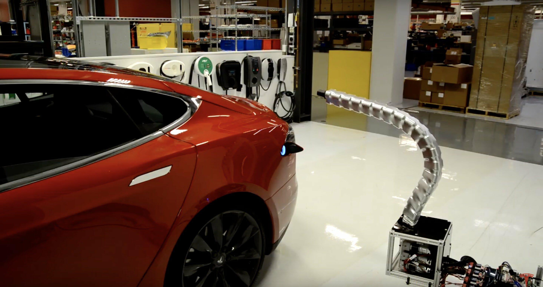 Elon Musk, Tesla'yı otomatik olarak yüklemek için bir robot tasarladığında 1