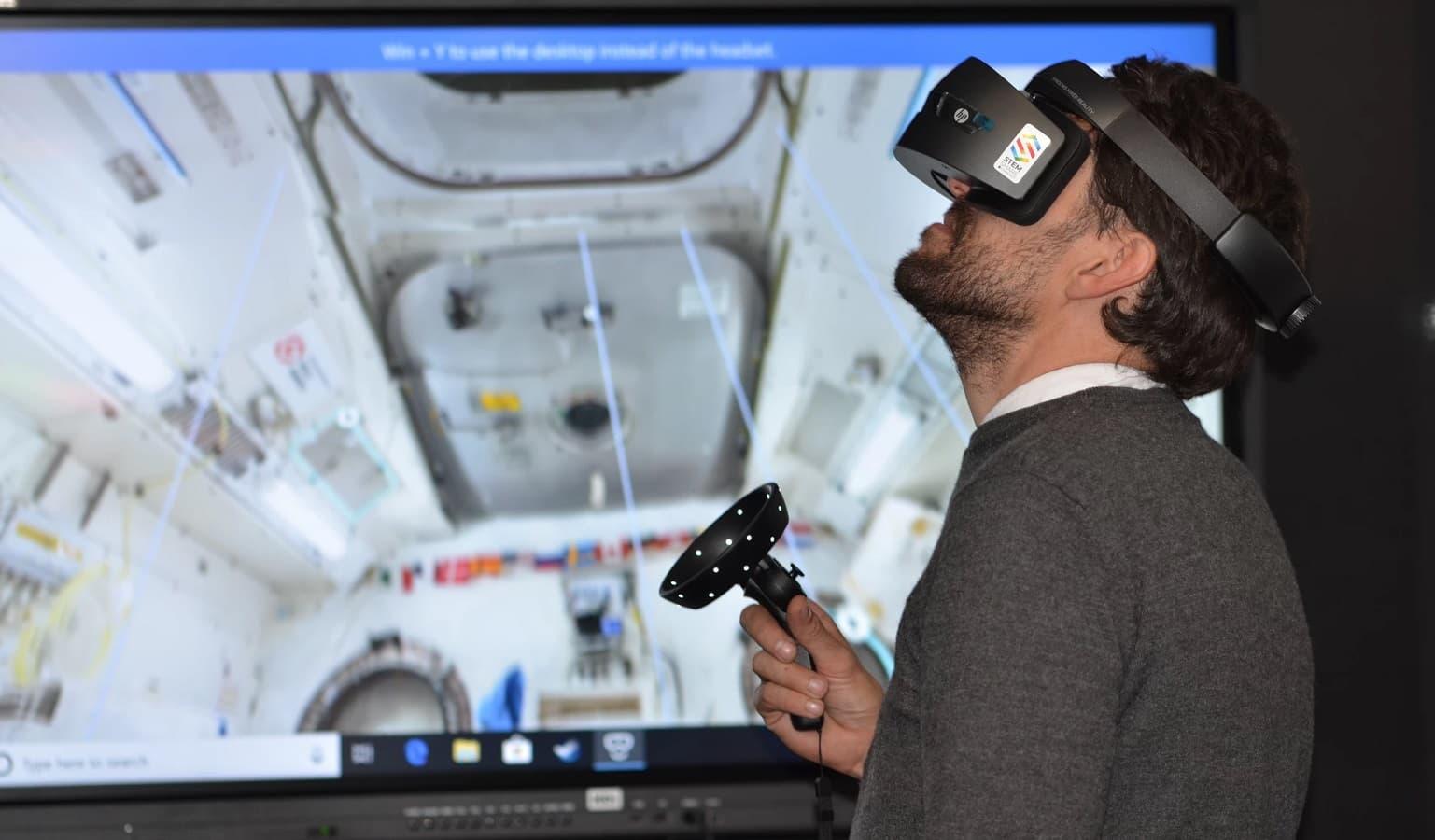 bir uzay gemisi keşfetmek için vr kulaklık kullanarak adam
