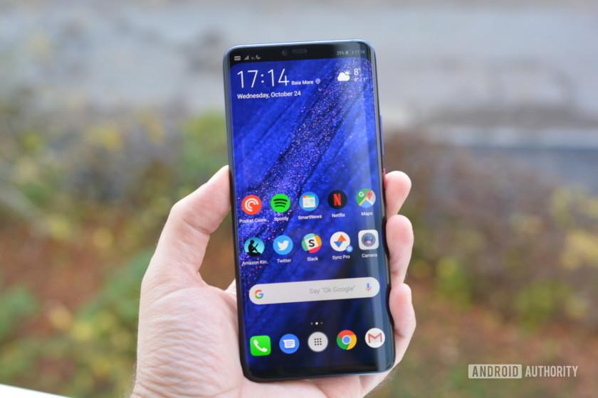 Rehberin    AA takımı Galaxy Note  Edge, 2014 yılında kenar ekranlı ilk telefon oldu. Tek kenarı tasarımı hiç bir zaman gerçekten işe yaramadı, ancak Samsung ertesi yıl konseptini geliştirdi ve iki taraflı tasarımı tanıttı. Galaxy S6 Kenar. O zamandan beri, kavisli ekran Samsung ve Huawei dahil olmak üzere çeşitli üreticilerin bayrak gemilerinde bir özellik haline geldi. Bu yüzden, akılda kalıcı ekranlara sahip en iyi telefonlara bir göz atıyoruz!  Kenar göstergeli en iyi telefonlar:  Samsung Galaxy Note  10 Samsung Galaxy S10 / S10 Artı Huawei P30 Pro OnePlus 7 Pro     ZTE Akson 10 Pro Huawei Mate 20 Pro Sony Xperia XZ3    Editörün notu: Yeni cihazlar piyasaya sürüldüğü sırada, en iyi telefonları içeren bu listeyi kenar göstergelerine sahip olarak düzenli olarak güncelleyeceğiz.  1. Samsung Galaxy Note  10 seri   Samsung'un Galaxy Note  çizgi orijinal kavisli ekranlı akıllı telefon oldu ve bu gelenek tamamen yeni devam ediyor Galaxy Note  10 ve Galaxy Note  10 artı. Ekranda 6.8 inç QHD + Süper AMOLED ekran bekleyebilirsiniz. Galaxy Note  10 Plus, vanilya Note 10, 6.3 inçlik bir FHD + Süper AMOLED panel sunar. Her iki durumda da, bir 10MP selfie kamerası barındıran merkeze monte bir delik deliği kapağını alıyorsunuz.  Daha fazla oku  Samsung Galaxy Note  10 Artı incelemesi: Değil Note Bilirsin Samsung Galaxy Note  her zaman her şeyi yapma aygıtı olarak biliniyordu. İlk beri Galaxy Note  2011'de Samsung, neyi yeniden düşünmek için serisi kullandı. smartphones yapabilmeli,… Note 10 seri, bölgeye bağlı olarak kaputun altında bir Snapdragon 855 veya Exynos 9825 yonga seti barındırıyor. Telefonlarda ayrıca yükseltilmiş S Pen, IP68 su / toz direnci, ekran parmak izi sensörü ve 12MP / 12MP telefoto / 16MP ultra geniş arka kamera üçlüsü de bulunuyor. Cihazlar batarya büyüklüğü, RAM ve depolama açısından farklılık gösterir. 3.500 mAh batarya, 8 GB RAM ve 256 GB depolama Note 10. The Note Ayrıca, 45 watt hızlı şarj, 12 GB RAM ve 256 GB veya 512 GB depolama alanı olan 4.300mAh