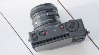 Sigma fp, yeni tanıtılan Sigma 45mm f2.8 DG DN Çağdaş lens ile birlikte