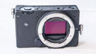 Sigma fp 24.6 megapiksel arkadan aydınlatmalı tam kare CMOS sensöre sahip ve L-mount lens kullanıyor