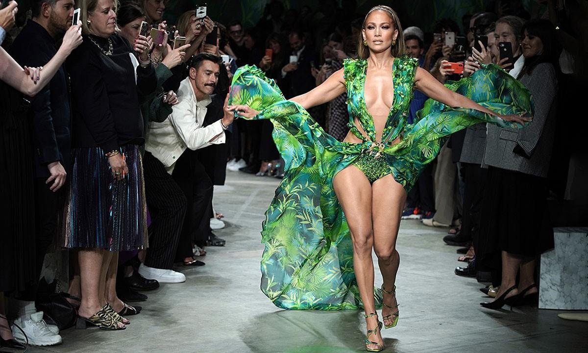 Jennifer Lopez İkonik Yeşil Versace Elbisesini Geri Getirdi 1