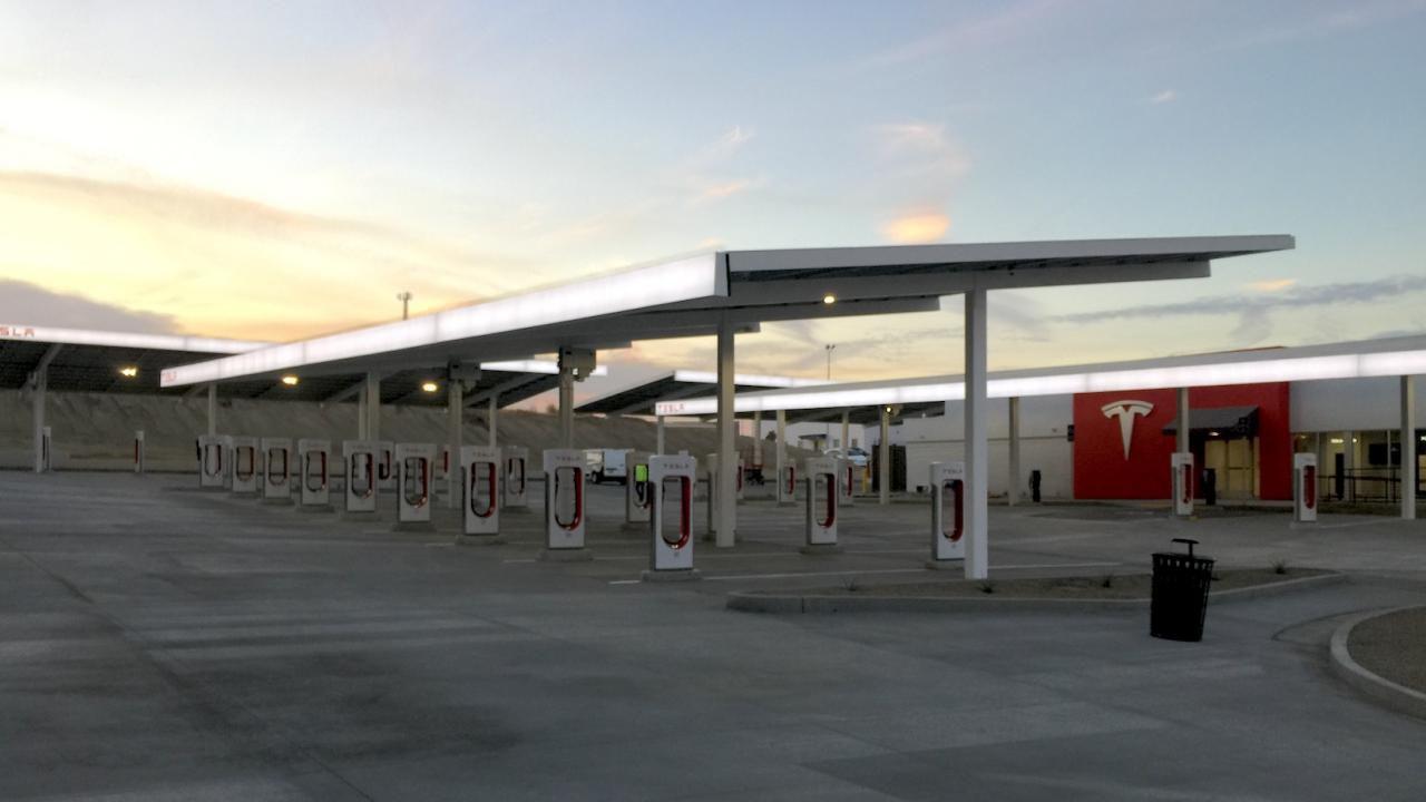 Tesla reduz preços de Supercharger em meio à reação do proprietário