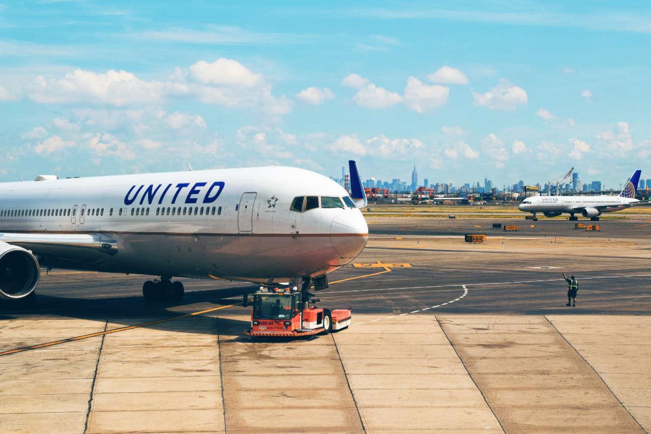 United Airlines usa adesivos para cobrir câmeras polêmicas de encosto