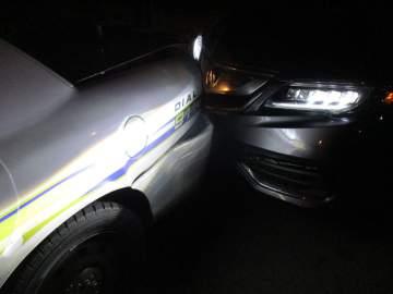 Aluna em topless colide com carro da polícia enquanto tenta tirar uma selfie