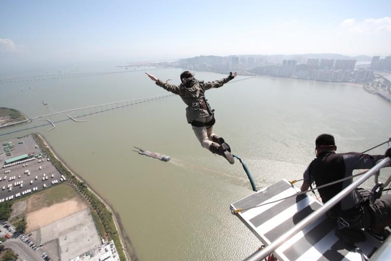 Cosplayer escala o maior salto de bungee do mundo para Rise of The Tomb ...