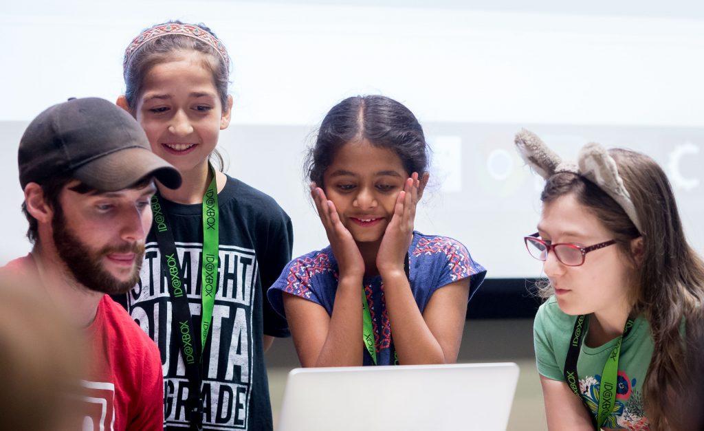 Meninas fazem videogames no acampamento de verão da Microsoft